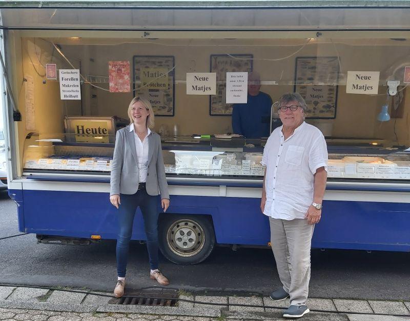 Jenny Groß und Bürgermeister Roland Lorenz auf dem Wochenmarkt in Caan. Foto: privat