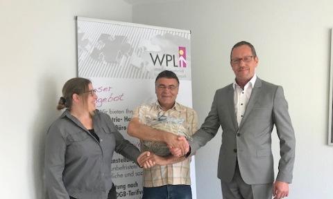 Im Rahmen einer kleinen Feierstunde wurde Grigori Belitzki (Mitte) von der Firma Wilhelm, Gesellschaft für Projekte und Logistik mbH in Wissen, für zehnjährige Betriebszugehörigkeit geehrt. (Foto: GRI)