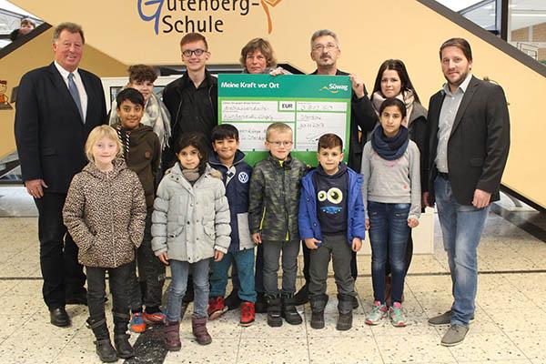 Süwag überreicht den Spendenscheck an die Jugendpflege: Horst Rasbach (links), Jugendpflegerin Elke Thiemann (hinten, Mitte), Günter Henning (hinten, 3. von rechts) und Johannes Schardt (rechts). Foto: Süwag