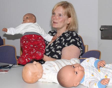 """Teil des Teams der Elternschule am Diakonie Klinikum Jung-Stilling in Siegen ist Hebamme Pia Solbach. Beim """"Großeltern-Update"""" gibtsie Tipps zum """"Baby 2.0"""" an werdende Omas und Opas weiter.  (Diakonie Klinikum Jung-Stilling)"""