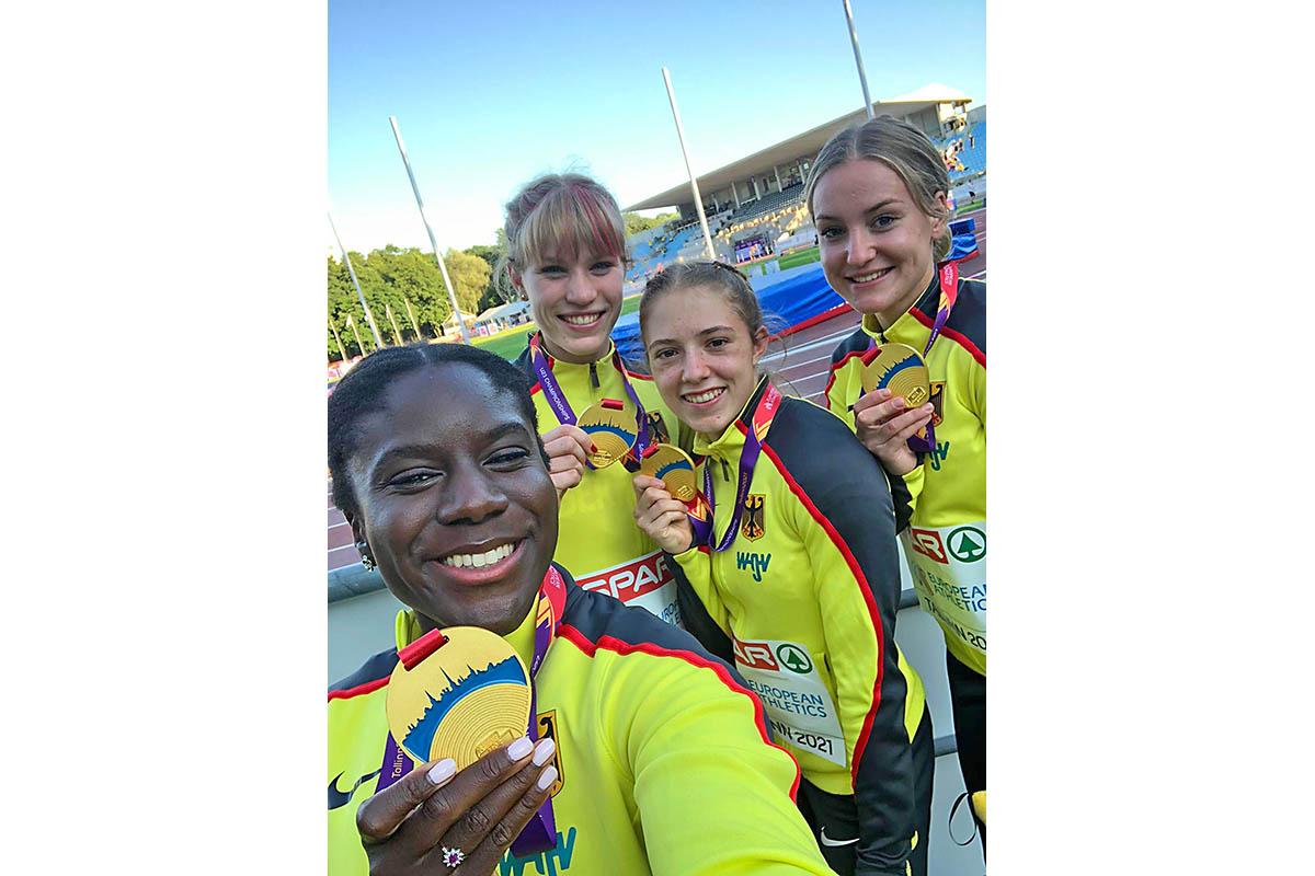 Sophia Junk (rechts) feiert im Kreise ihrer Staffelkolleginnen den Gewinn der Goldmedaille. Foto: Verein