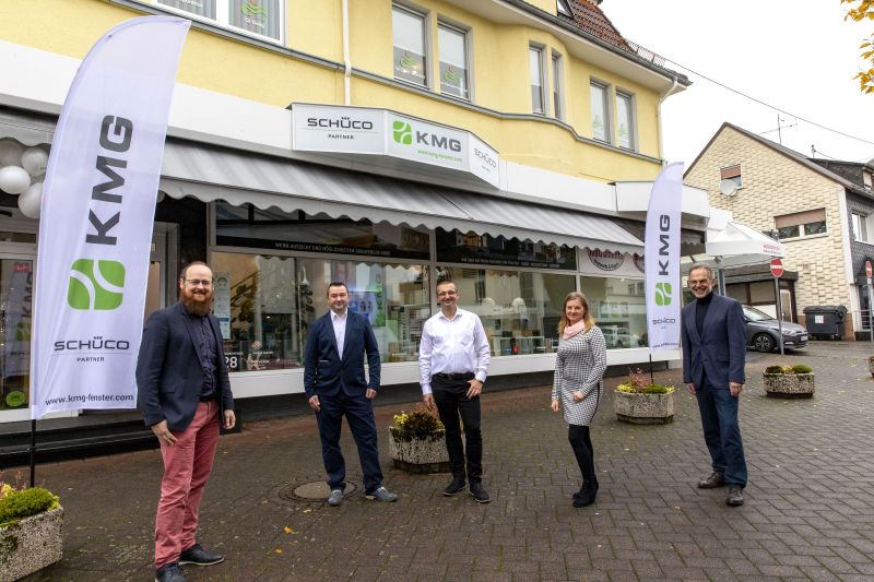 (V. l. n. r.): Björn Scheyer (1. Beigeordneter der Stadt), Andreas Noparlik, Sebastian und Justyna Jochemczyk (KMG) sowie Andreas Heidrich (Bürgermeister der Verbandsgemeinde). Foto: Fotostudio Röder-Moldenhauer