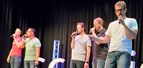 Schnüss sind Simon Imhäuser (Tenor I), Tim Schneider (Tenor II/Beatbox), Daniel Weller (Bariton), Danny Sturm (Bass I) und Jens Roland (Bass II). Die A-capella-Gruppe begeisterte in Horhausen. (Foto: Kultur-AG)