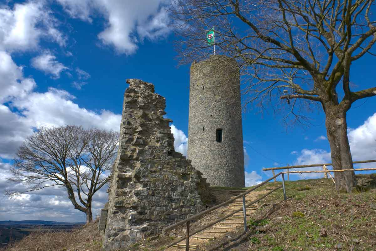 """Burgruine Hartenfels, auch als """"Schmanddippe"""" bekannt: Eine der markantesten Burgen im Westerwald"""