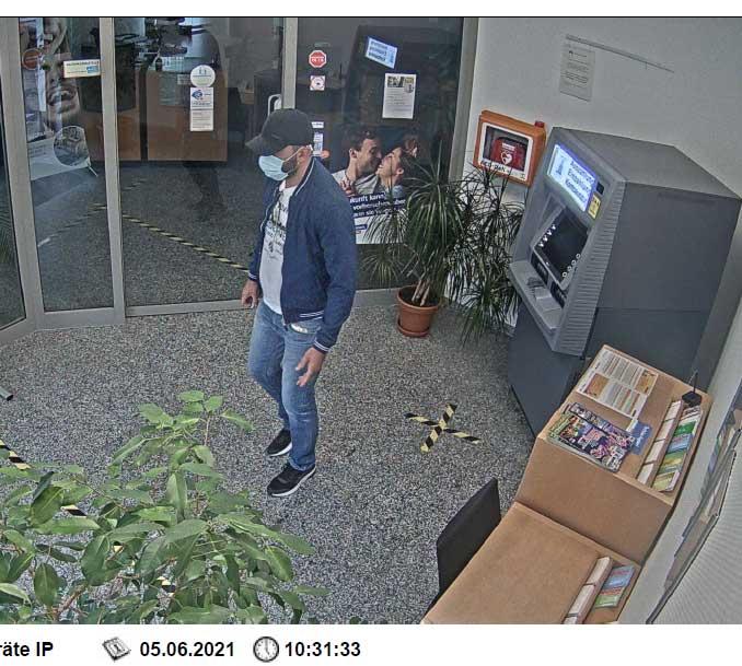 Überwachungskamera-Aufnahme des unbekannten Täters. (Foto: Polizeipräsidium Koblenz)