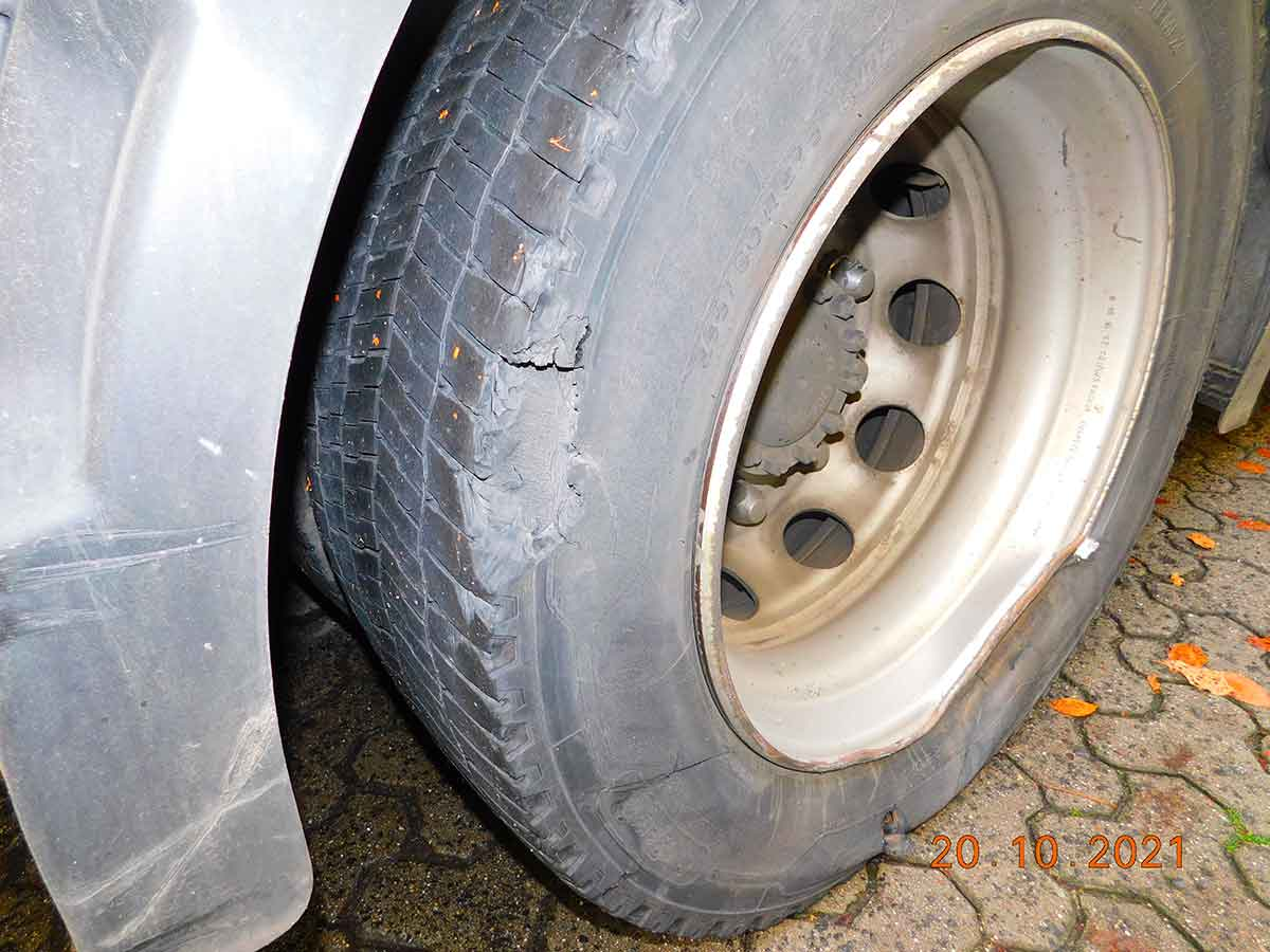 Sattelschlepper setzt Fahrt trotz erheblichem Unfallschaden fort