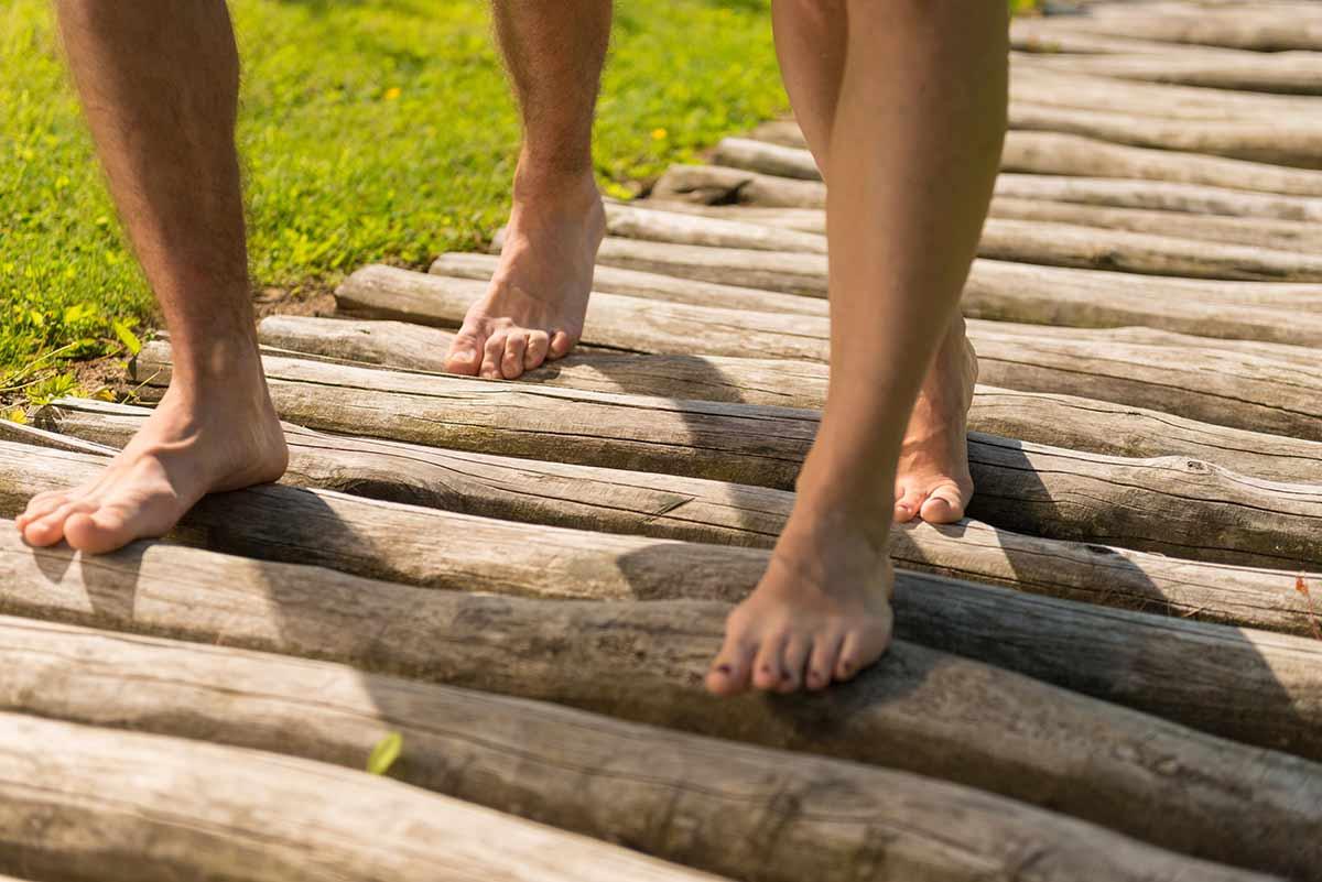 Barfußweg der Sinne in Bad Marienberg: Erlebnis für die Füße im Park der Sinne