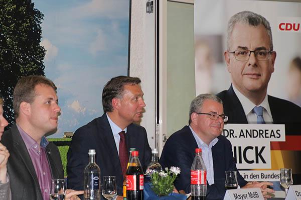 Engagierte Diskussion auf dem CDU-Kreisparteitag in Rennerod insbesondere zum Themenfeld innere Sicherheit mit (v.l.n.r.) Bürgermeister Gerrit Müller, dem innenpolitischen Sprecher der CDU/CSU-Bundestagsfraktion Stephan Mayer sowie dem CDU-Kreisvorsitzenden und Wahlkreisabgeordneten Dr. Andreas Nick. Foto: CDU