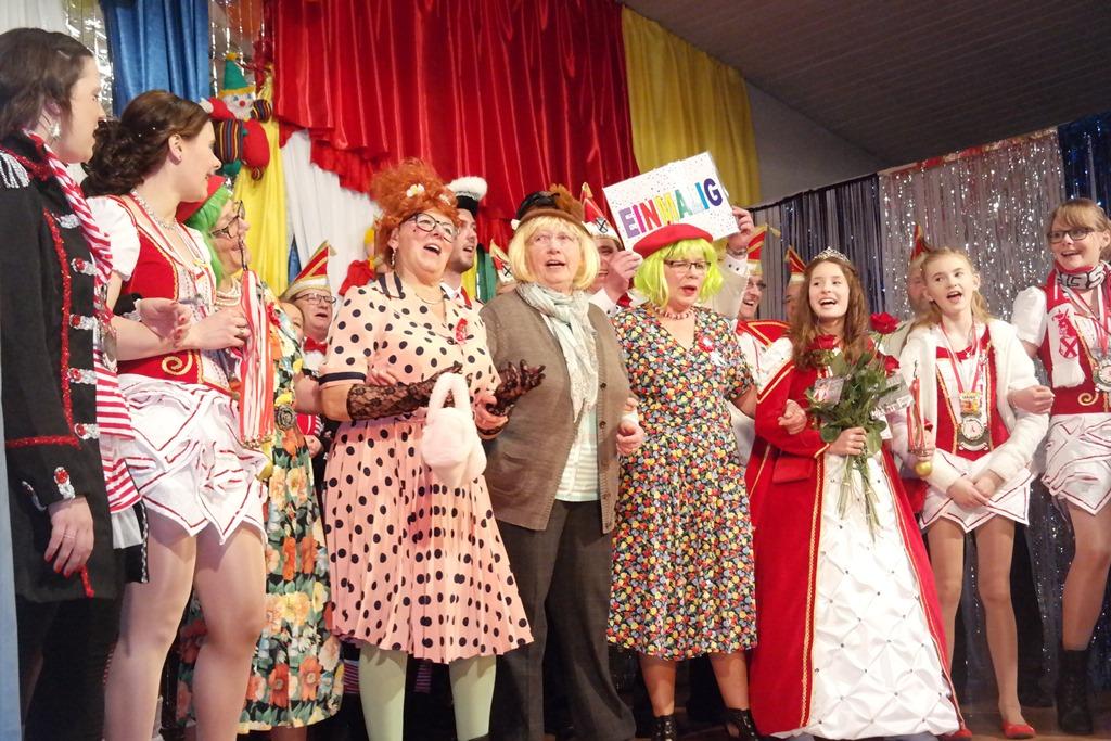 Tanzen, Lachen, Blödsinn machen: Pfarrheim war wieder Närrinnenhochburg
