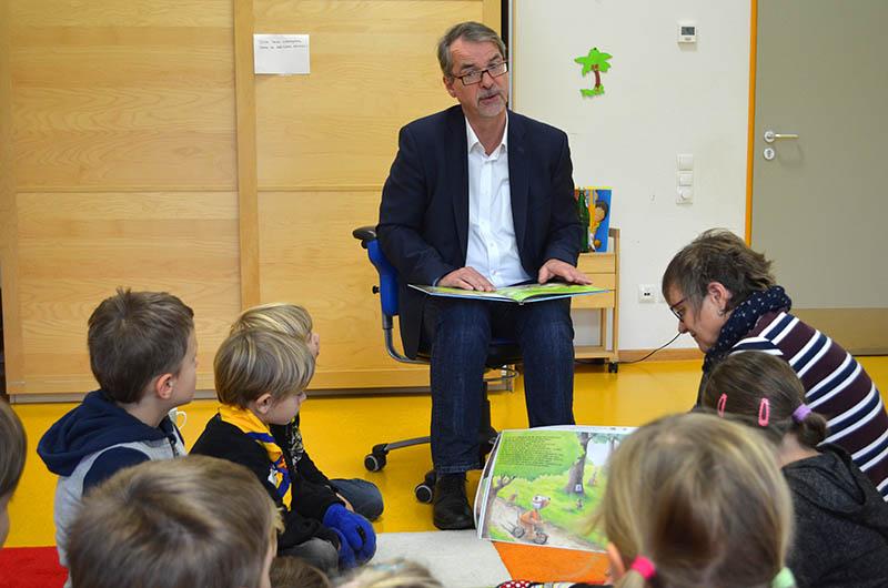 Sven Lefkowitz las bei Kindern der KiTa in Puderbach vor