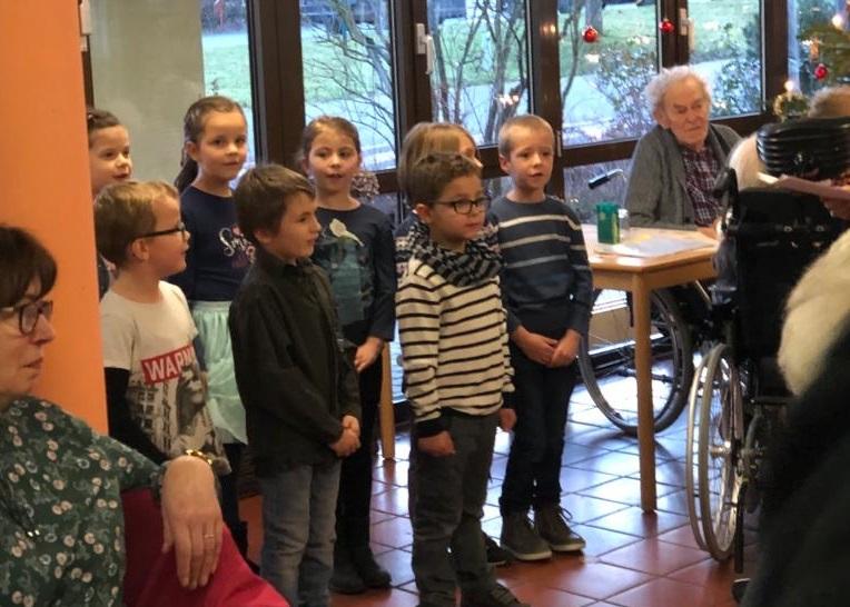 Kinder der Grundschule Etzbach zu Gast im Altenzentrum Hamm