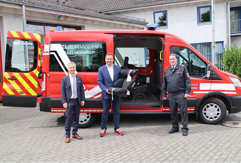 Das Fahrzeug für die Feuerdrachen, die Kinderfeuerwehr der Stadt Bad Honnef, mit Otto Neuhoff (rechts), Erstem Beigeordneten Holger Heuser (Mitte) und Leiter der Freiwilligen Feuerwehr der Stadt Bad Honnef Frank Brodeßer (links). Foto: Stadt Bad Honnef