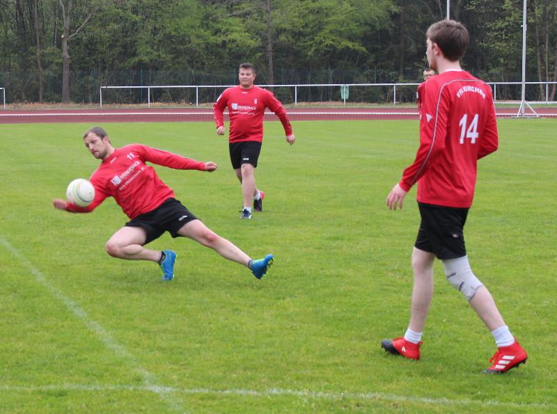 Faustball: VfL Kirchen startet sieglos in die Feldsaison