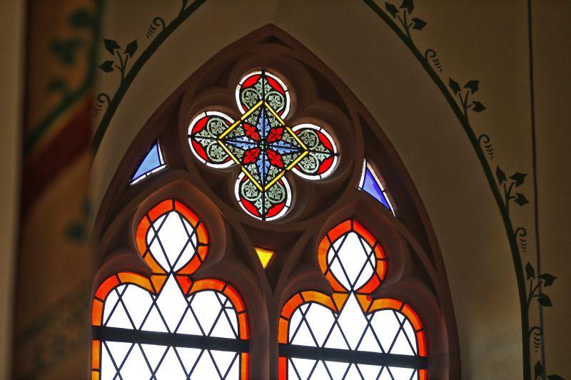 Ein Großteil der Fenster in der Laurentiuskirche in Nentershausen muss in den nächsten Monaten restauriert werden, da bei Unwetter unter anderem Wasser durch undichte Stellen der Verglasung ins Kircheninnere gelangt. Foto: Kirchengemeinde St. Laurentius Nentershausen