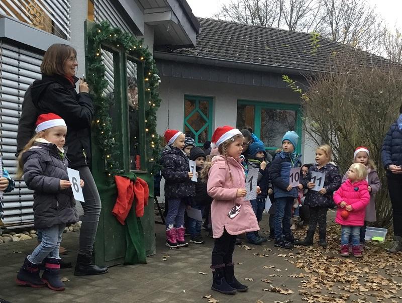 Kita F�rthen: Lebendiger Adventkalender l�utete Adventszeit ein