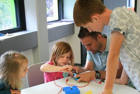 Kita kooperiert mit Gymnasium: Kleine Hände und große Forscher