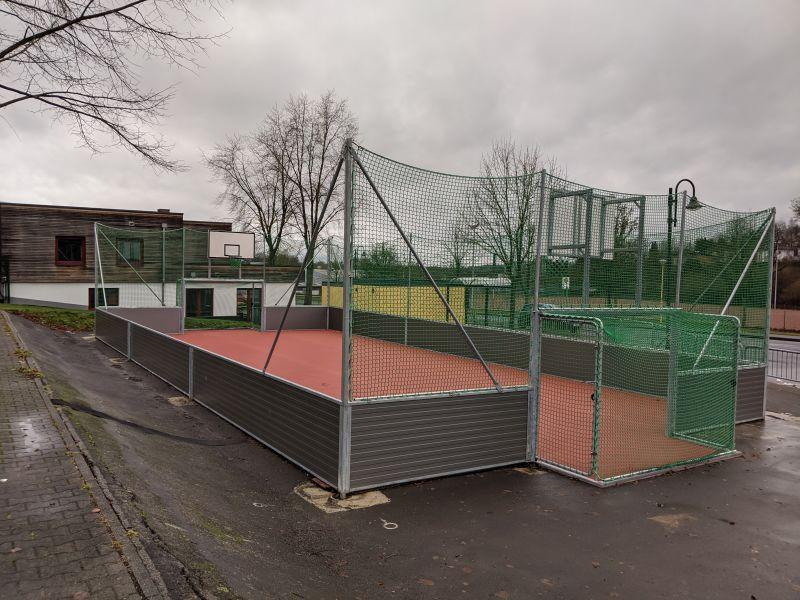 Das von der Verbandsgemeinde errichtete und von der Stadt Hachenburg bezuschusste Kleinspielfeld am Jugendzentrum. Foto: privat