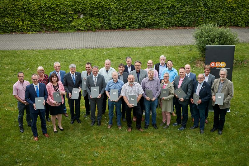 Auf gute Zusammenarbeit: Vertreter der Verbandsgemeinde Selters und der EVM-Gruppe bei der Unterzeichnung der Stromkonzessionsverträge. Foto: EVM/Ditscher.