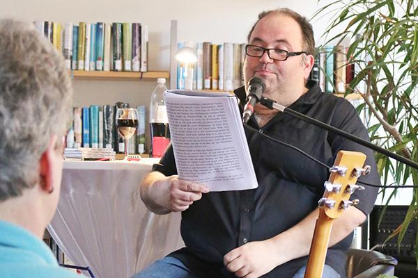Micha kr mer las und sang in der stadtb cherei selters for Barhocker unkel