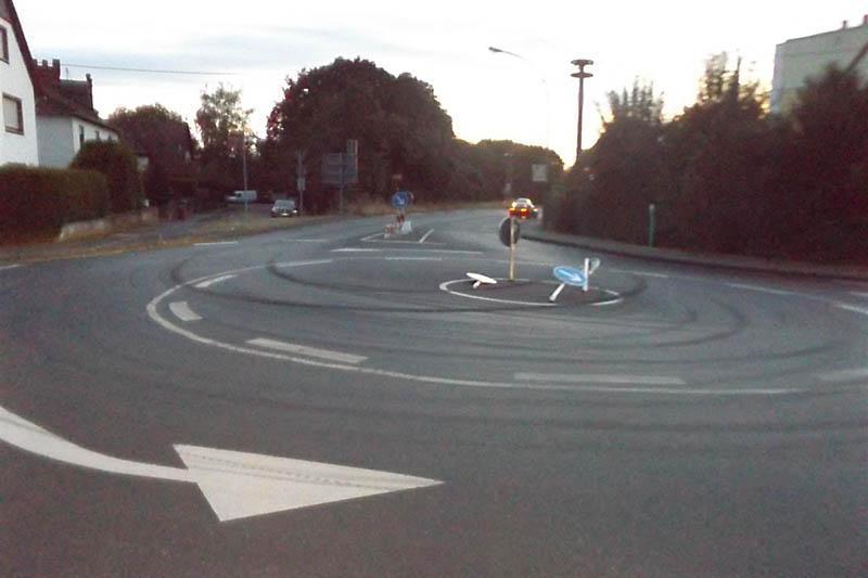 LKW fährt Verkehrsschilder um und fährt weiter