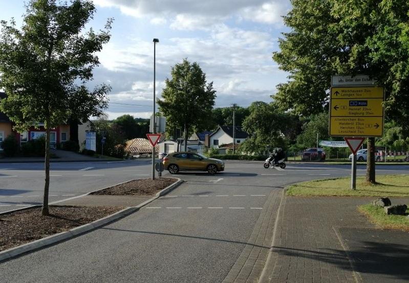 So ruhig ist es verkehrstechnisch gesehen selten an der Kreuzung der B 8 mit der L 276 und der K 24 in Weyerbusch. Rund 12.000 Fahrzeuge passieren täglich die Bundesstraße. (Foto: hak)