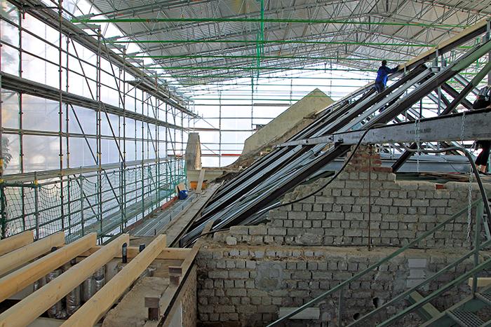 Die provisorische Halle über dem Dachboden des Kurhauses – das erste Firstholz für das neue Dach ist montiert. Foto: Stadt Bad Honnef