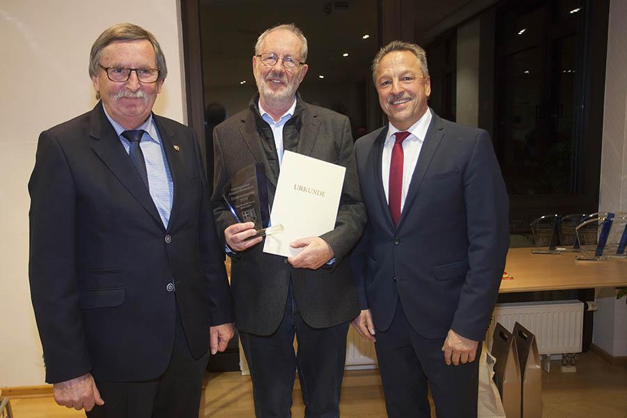Adalbert Hünerfeld (Mitte) erhält stellvertretend für den Seniorenbeirat den Ehrenamtspreis verliehen. Foto: Wolfgang Tischler