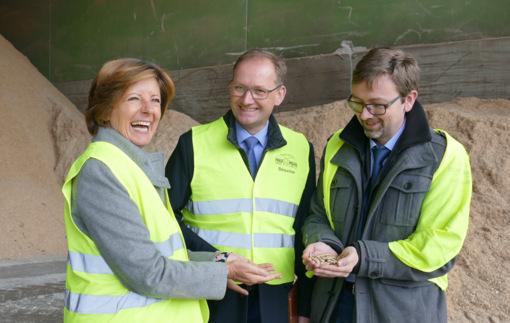 Holzpellets zum Anfassen gab es für Ministerpräsidentin Malu Dreyer bei der Firma Mann in Langenbach. (Foto: by)