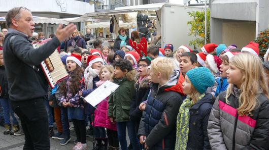 Grundschüler sangen auf dem Wochenmarkt