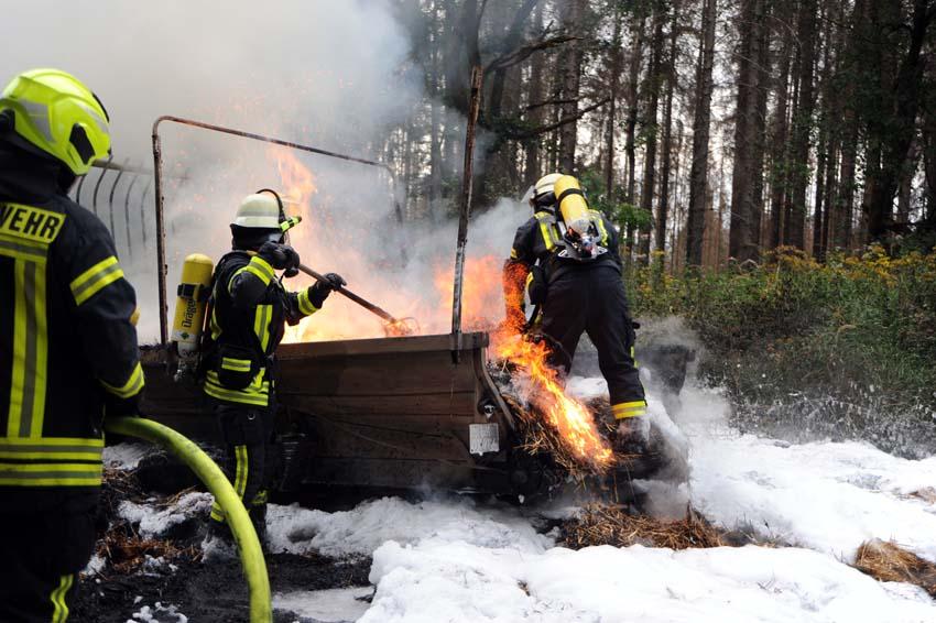 Mit Stroh beladener Anhänger gerät auf der L 276 in Brand