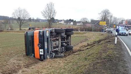 LKW st�rzte um - B 8 musste gesperrt werden