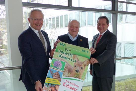 Die drei Landräte (von links) Achim Hallerbach (Kreis Neuwied), Michael Lieber (Kreis Altenkirchen) und Achim Schwickert (Westerwaldkreis) präsentieren den neuen Umweltkompass 2019 für die Region. (Foto: Kreisverwaltung)