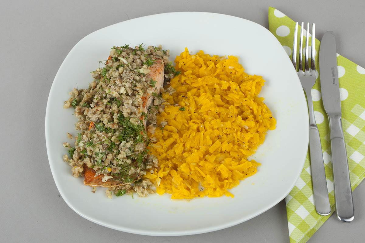 Westerwälder Rezepte: Lachs mit Kräuter-Walnuss-Salsa an Kürbisgemüse