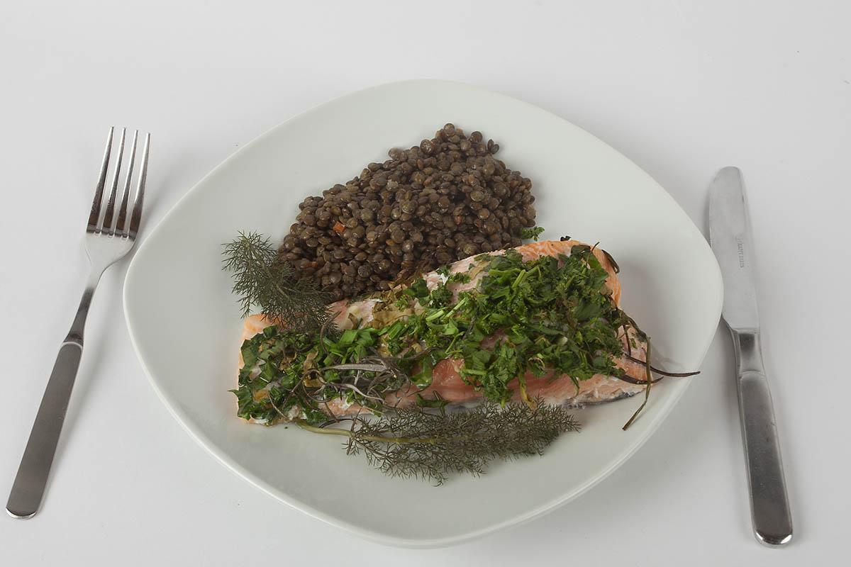 Westerwälder Rezepte: Lachs mit Kräutern und Linsen