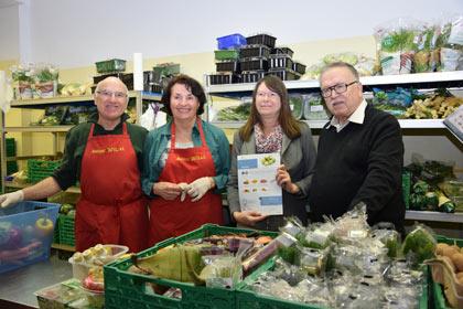 Ernährungsministerin Ulrike Höfken und Mitarbeiter der Mainzer Tafel präsentieren die bundesweit ersten Lebensmittelkarten für Tafeln. Foto: © MUEEF