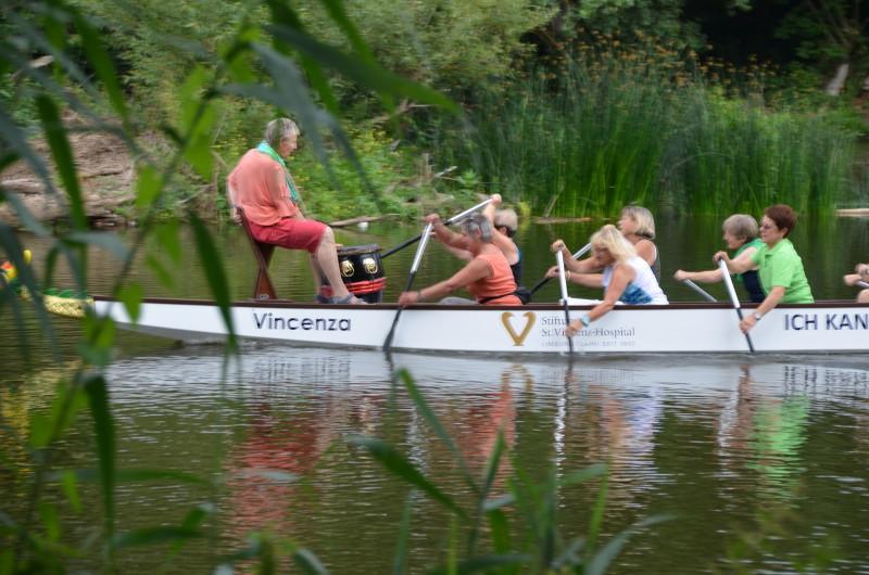 """Wer will mit Vincenza in See stechen? Das Drachenboot des Brustzentrums St. Vincenz wird jeden Donnerstag  beim Kanu-Club Limburg zum sog. """"Pinkpaddeln"""" zu Wasser gelassen. Das Team sucht sowohl einen TrainerIn, als auch Menschen, die Spaß an der Bewegung haben und einfach mitpaddeln wollen. Foto: Privat"""