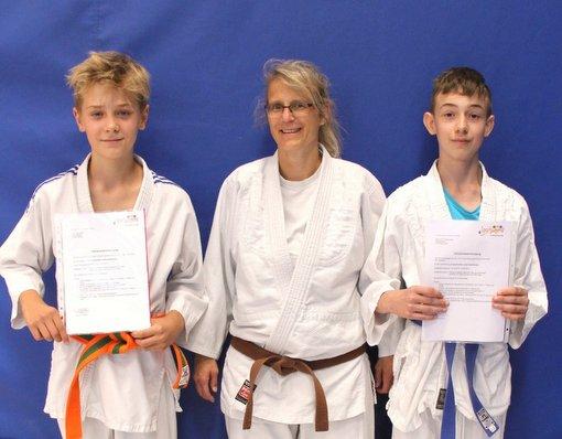 Lukas Schwartz (links)und Jan Loris Freudenberg unterstützen nun Trainerin Marion Eckhardt beim Kinder-Judotraining. (Foto: Verein)