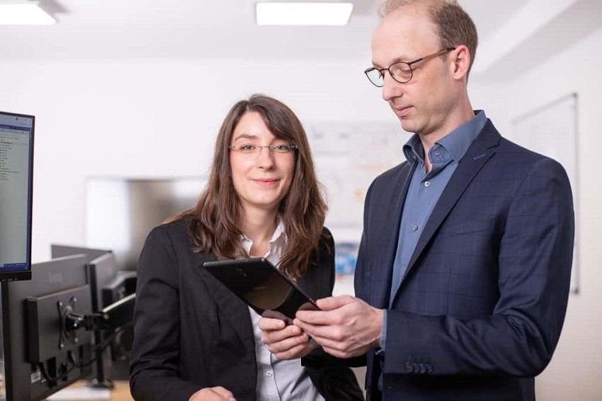 Digitalisierungs-Beraterin Julia Thiem und Geschäftsführer der [MB] Software und Systeme GmbH, Markus Bläser, erarbeiten gemeinsam nachhaltige Digitalisierungskonzepte für Firmen aus der Region. (Foto: [MB] Software und Systeme GmbH)