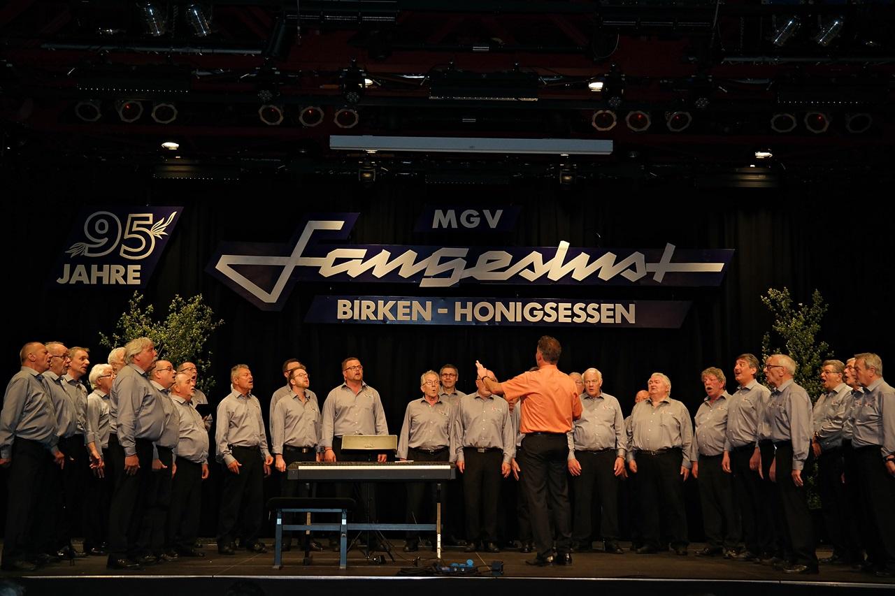 Der MGV Sangeslust machte seinem Namen beim großen Jubiläumskonzert alle Ehre. (Fotos: Regina Steinhauer)