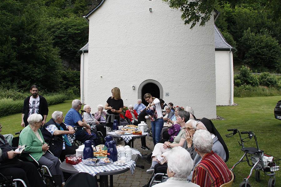 Bei einem Picknick direkt an der Kreuzkapelle stärkten sich die Senioren und Mitarbeiter für den Rückweg. Fotos: Anja Loudovici