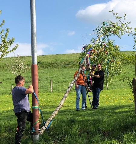 In Michelbach wurde traditionell der Maibaum gestellt. (Foto: privat)