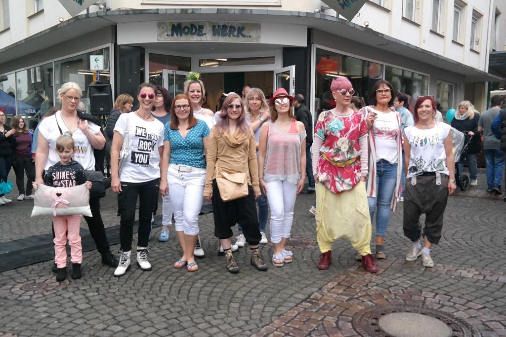 Die Models des Wissener Modewerks präsentierten die neueste Sommerkollektion beim Wissener Maimarkt. (Fotos: Regina Steinhauer)