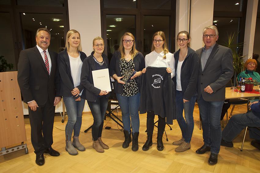 Eine Abordnung der Maimädchen nahm den Preis entgegen. Foto: Wolfgang Tischler