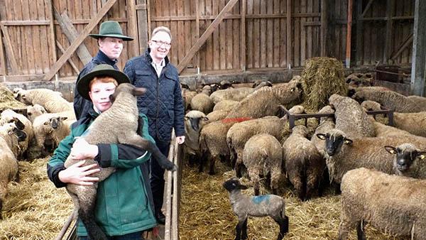 Erwin Rüddel (r.) und Nebenerwerbsschäfer Hans-Ulrich Mangel sowie dessen Sohn Marvin suchten auch den Schafsstall auf. Foto: Reinhard Vanderfuhr / Büro Rüddel)