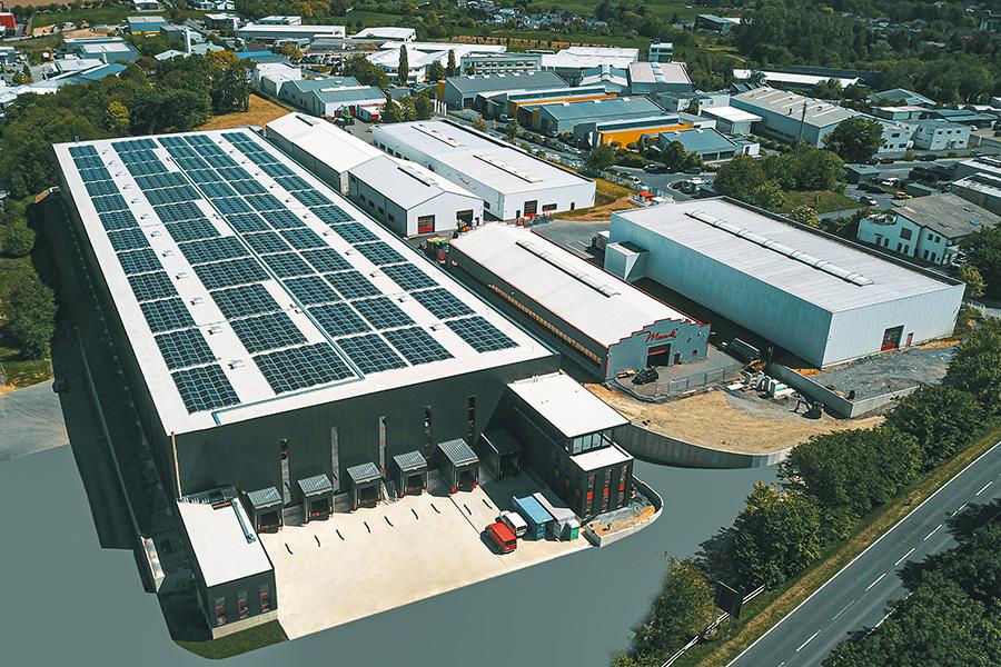 Die große Solaranlage liefert dem Unternehmen Strom. Fotos: Mank