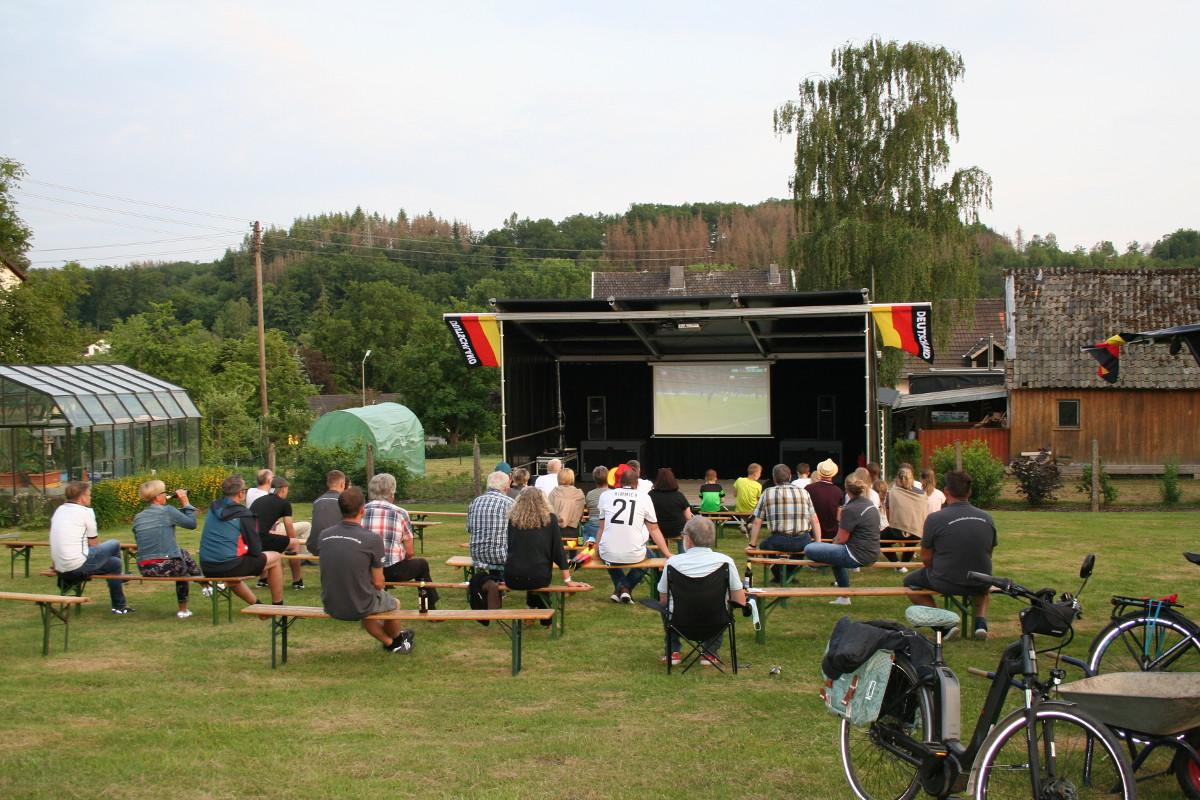 Das öffentliche Leben erwacht wieder: In Michelbach traf sich die Dorfgemeinschaft zum Public Viewing. (Foto: Gemeinde Michelbach)