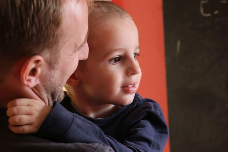 Der kleine David mit seinem Vater. Fotos: Christof Schmidt