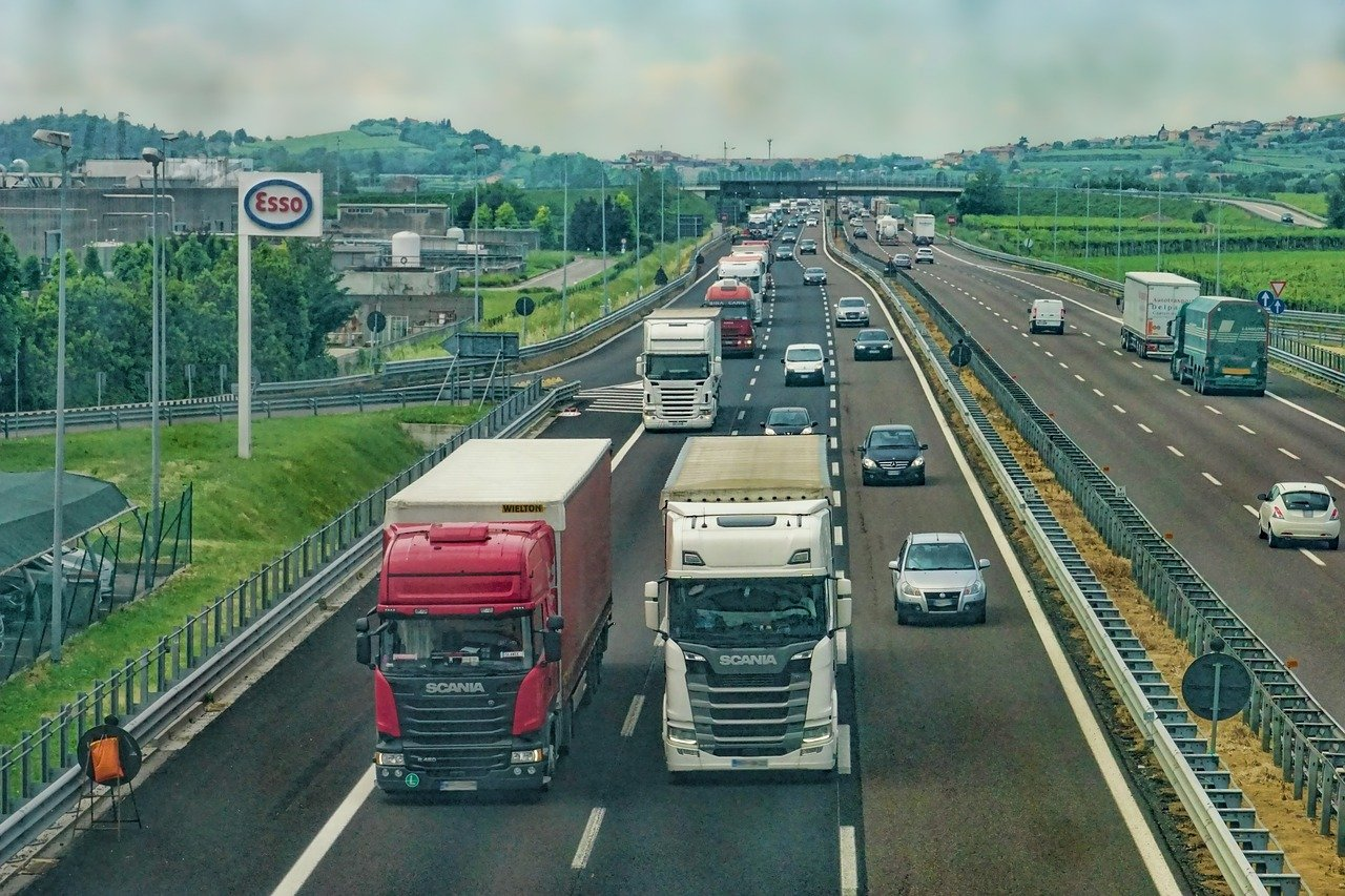 Hohes Verkehrsaufkommen auf der BAB 3: Verkehrsunfälle bei stockendem Verkehr, Verkehrsteilnehmer unter Alkohol- und Drogeneinfluss. (Symbolfoto)