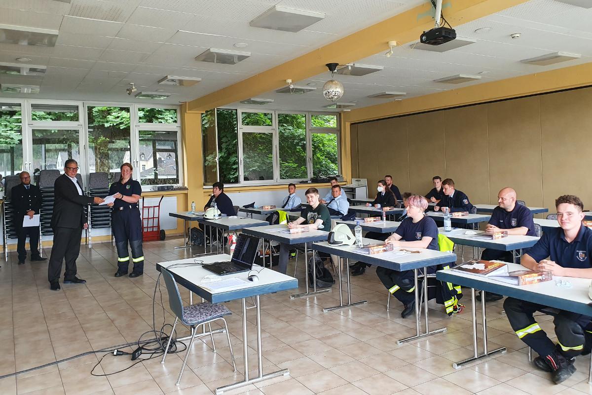 Der Reihe nach verpflichtete der Erste Beigeordnete Andree Stein 23 neue Feuerwehrleute und übernahm sie damit in den aktiven Dienst der Verbandsgemeinde-Feuerwehr. (Foto: VG Montabaur)