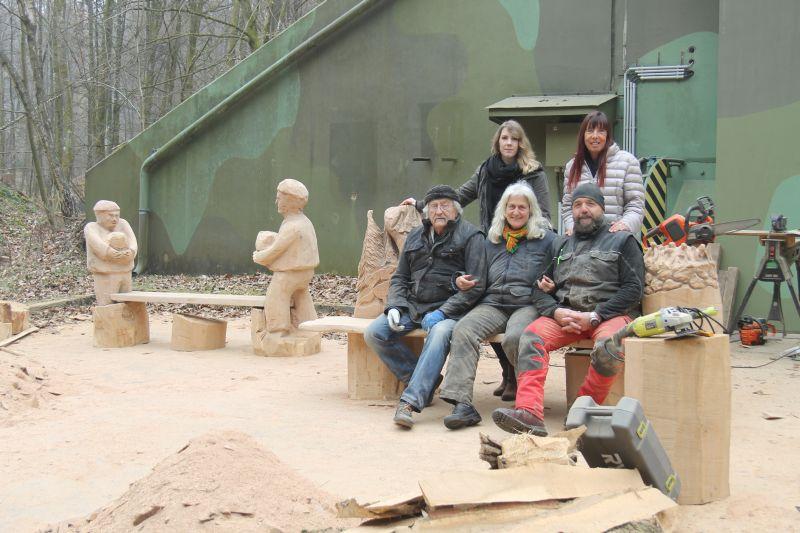 Vom Wandern im Wald, Bänken aus Holz und sagenhafter Kunst